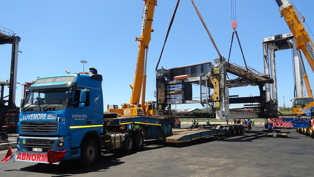 TEAMWORK The 65 t container straddle carriers were loaded onto low-bed trailers using two mobile cranes