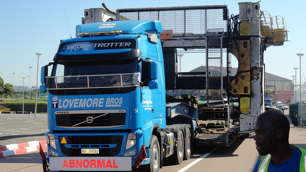 WIDE LOAD Owing to the container straddle carrier's size, the abnormal loads had to be transported early in the morning, which entailed road closures and a police escort