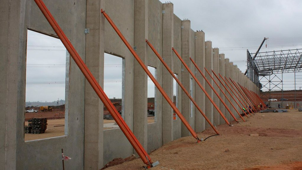 MR PRICE PROJECT Tilt-up wall panels were used to construct the 56 000 m2 distribution centre for Mr Price in KwaZulu-Natal