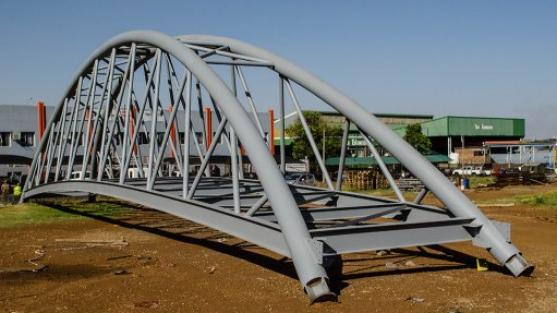 NATAL SPRUIT BRIDGE Tass Engineering is building an architectural bridge that is 32 m long, 3.5 m wide and 7.7 m high at its premises for a Natalspruit project, in Heidelberg