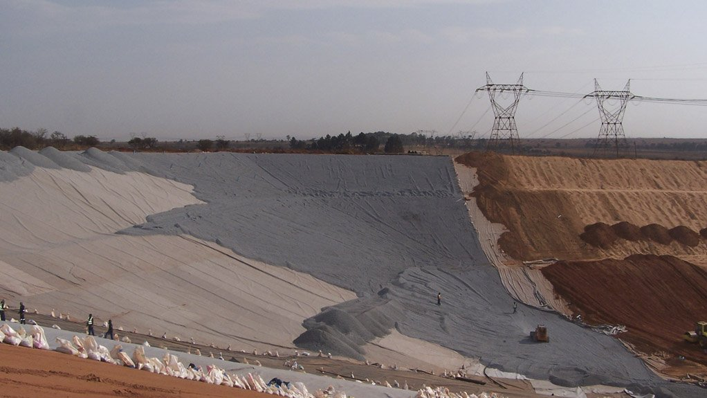 MULTILAYERED SOLUTION The barrier at Vlakfontein comprises a 1.2-m-deep multilayered solution of compacted clay, high-density polyethylene, stone and geotextiles