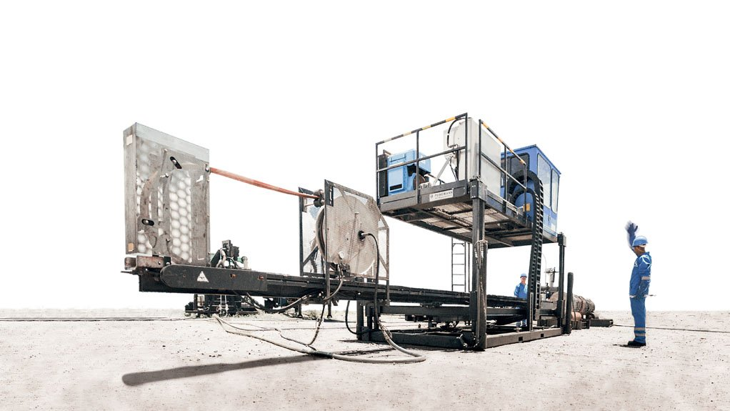 CLEANING SAFELY During a recent plant shutdown, Averda completed more than 59 640 injury-free work hours in 14 days, cleaned 24 578 km of tubes and moved 180 000 t of product