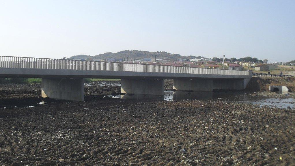 CONNECTING COMMUNITIES The bridge, for the Elias Motsoaledi housing project, comprises a five-span 65 m long and 13.5 m wide continuous composite deck