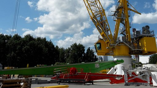 GROUNDED OFFSHORE Pedestal-mounted lattice boom cranes with an innovative electric drive concept