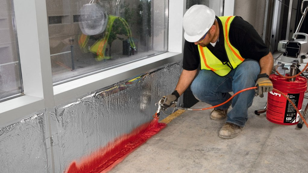 AT FAÇADE VALUE The easily sprayable coating is applied to gaps left in the façade