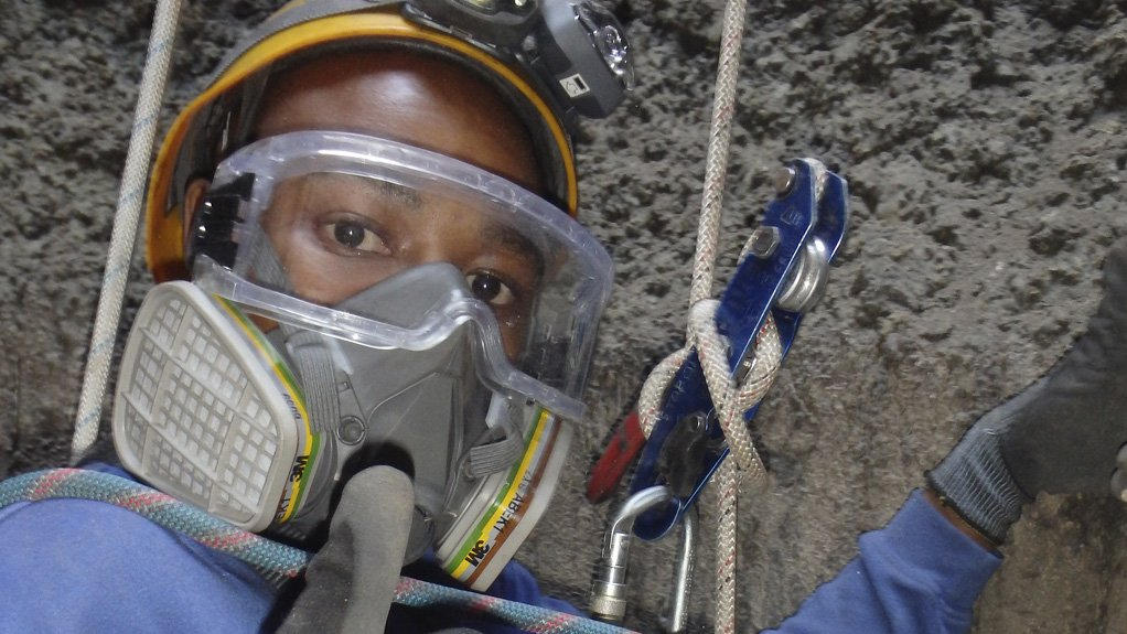 REACHING HEIGHTS Technicians used rope access to reach the 14-m-high roof, and carried out UT wall-thickness measurement on select steel members