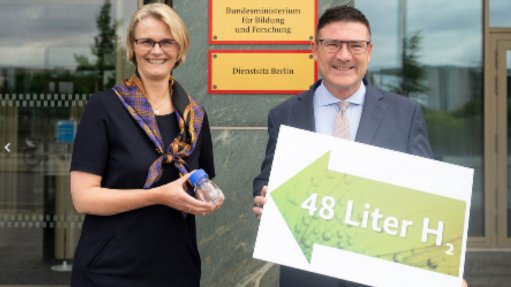 Federal Research Minister Anja Karliczek and Innovation Commissioner 'Green Hydrogen' Dr Stefan Kaufmann: Small bottle, huge effect. Sufficient energy to supply a refrigerator for a day – 48 litres of hydrogen are bound in this 80 ml liquid, referred to as liquid organic hydrogen carrier or LOHC. Dr Kaufmann was in South Africa earlier this month. © BMBF/Hans-Joachim Rickel