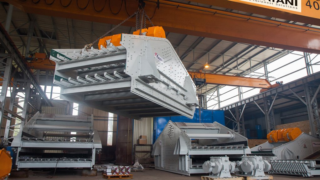PRECISION-ENGINEERED JIGS  Screens being moved with ease by the overhead cranes operational at Kwatani