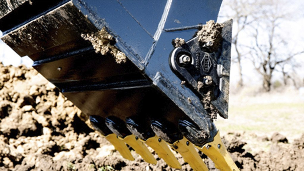 BARING ITS TEETH The new Kprime Tooth System fitted to Komatsu Excavators are stronger and longer lasting than previously fitted teeth