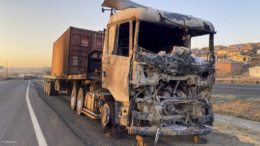 Truck burnt by looters, protestors in unrest around the imprisonment of former SA president Jacob Zuma in July