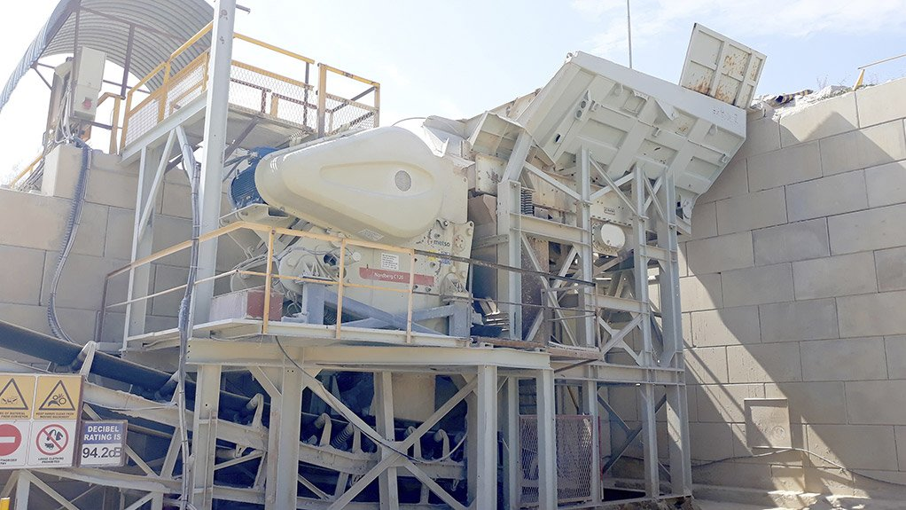A new Metso C120 primary jaw crushing module installed with a retaining wall