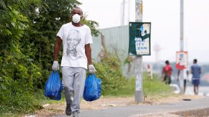 Picture of a masked man carrying groceries in South Africa during the Covid-19 pandemic